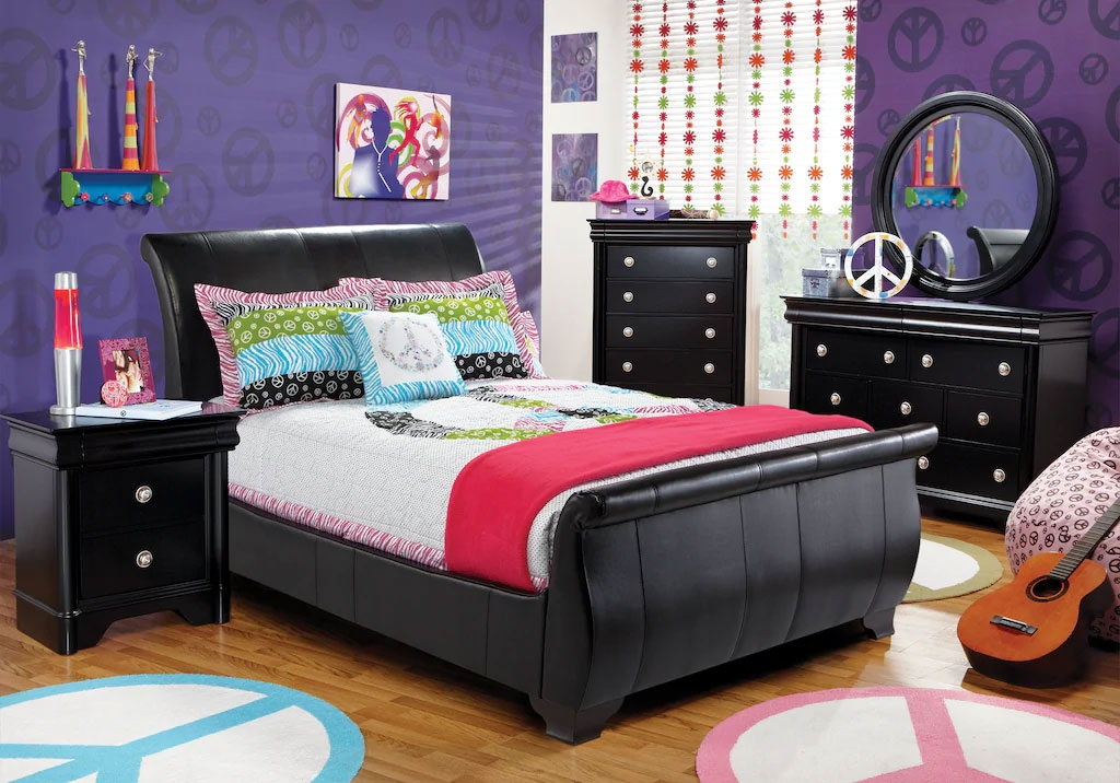 Leather Upholstered Full Bedroom Set with Piece Sign Decor and Accents